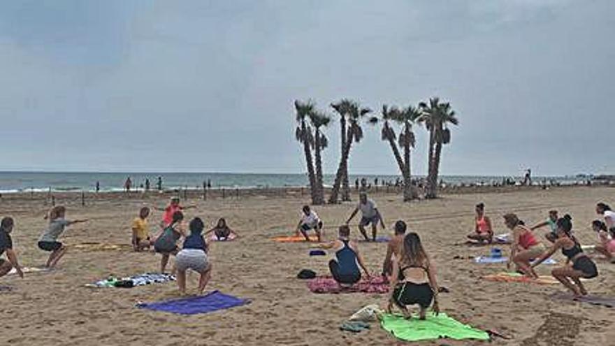 Más de cien personas recibirán en Canet a la luna llena haciendo yoga