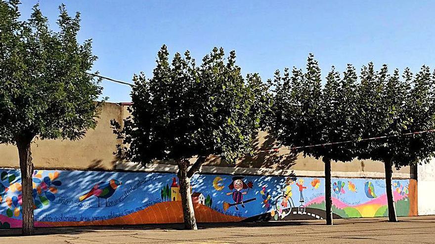 Un mural en el colegio de Moraleja del Vino evoca el centenario de Miguel Delibes