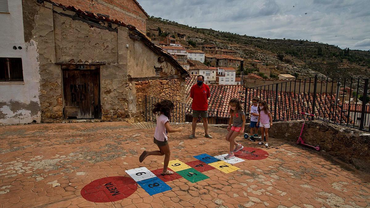 Un grupo de niños y niñas juega el verano pasado en las calles de Vallanca, uno de los municipios sin nacimientos en 2019. | LEVANTE-EMV