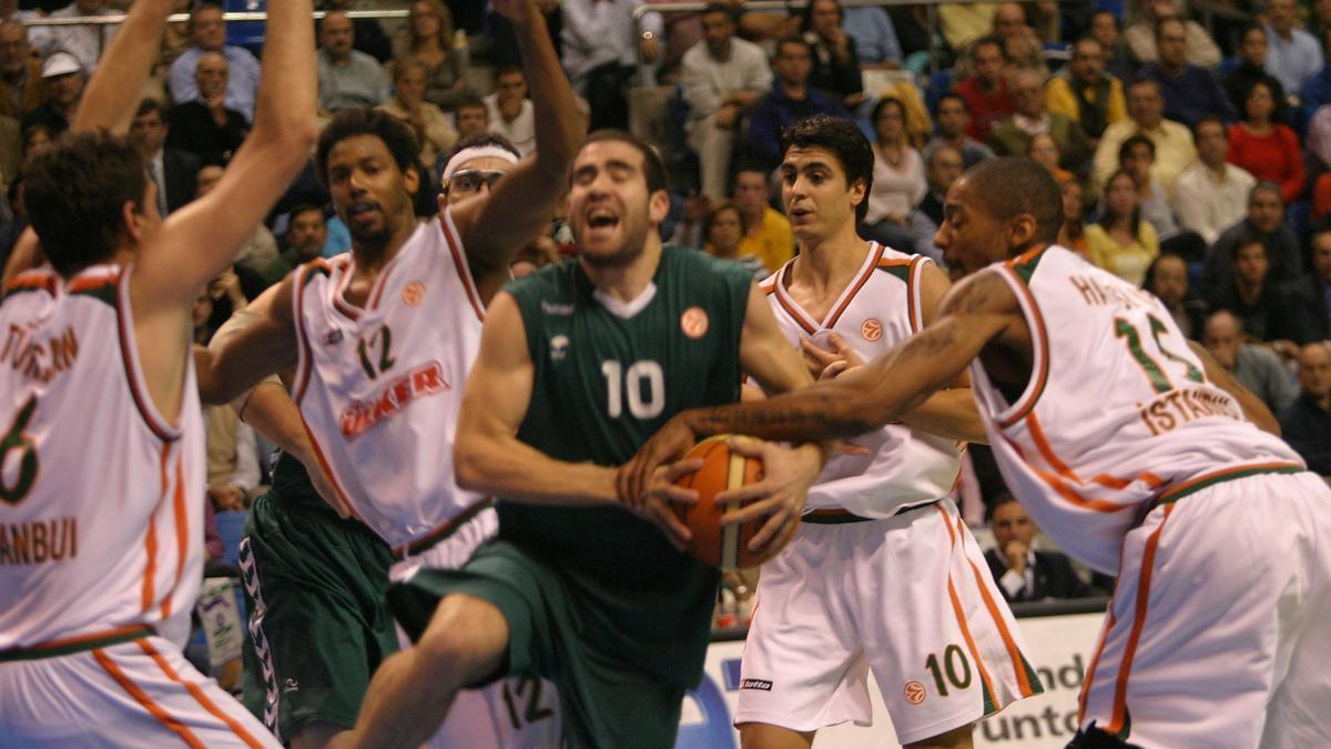 Carlos Cabezas, jugando un partido de Euroliga con el Unicaja.
