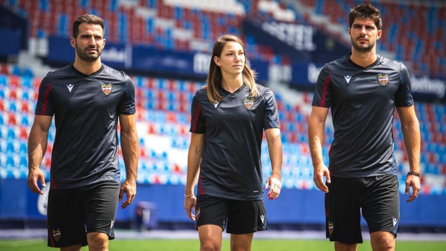 El Levante presenta nueva ropa de entrenamiento.