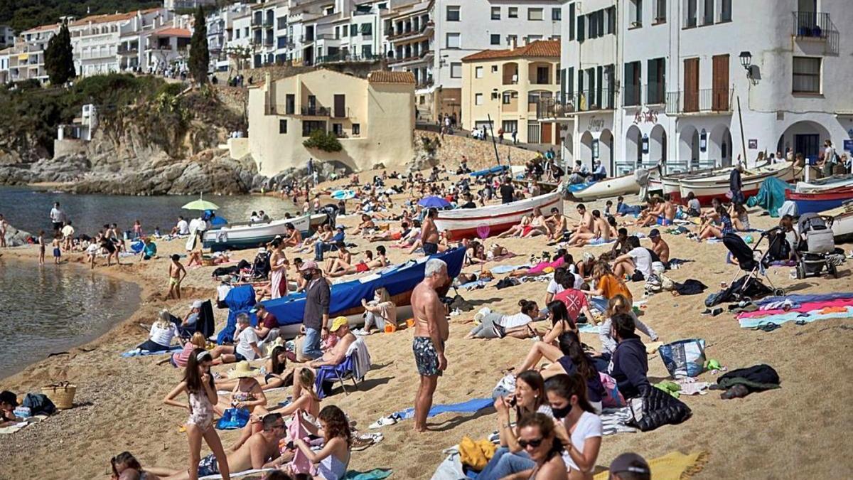 Una platja plena durant l'estiu de l'any passat.