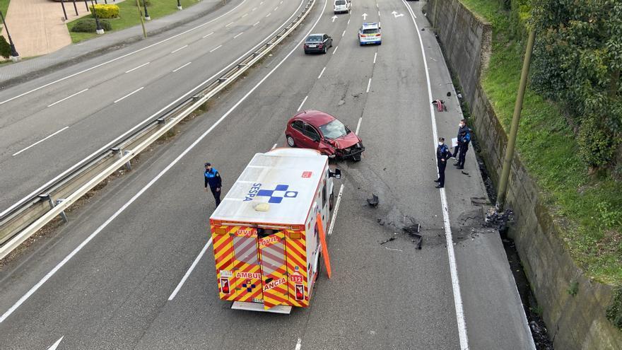 Una mujer sufre un aparatoso accidente contra una farola en la Ronda Sur, bajo el puente de Villafría, por un despiste