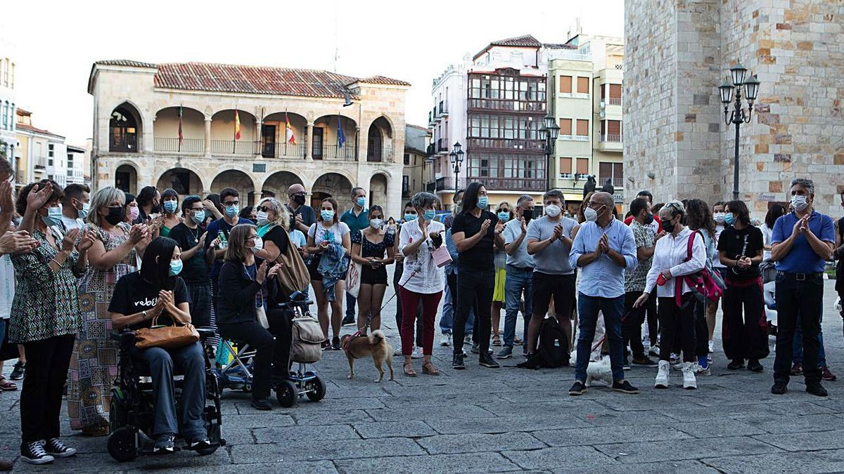 Decenas de zamoranos rechazan en la Plaza Mayor los ataques a persoans LGTBIQ.