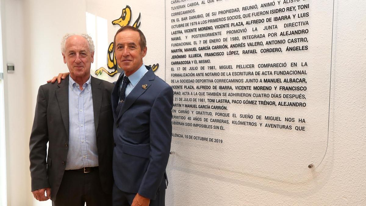Paco Borao, junto a Isidro Rey, en la sede de Correcaminos.