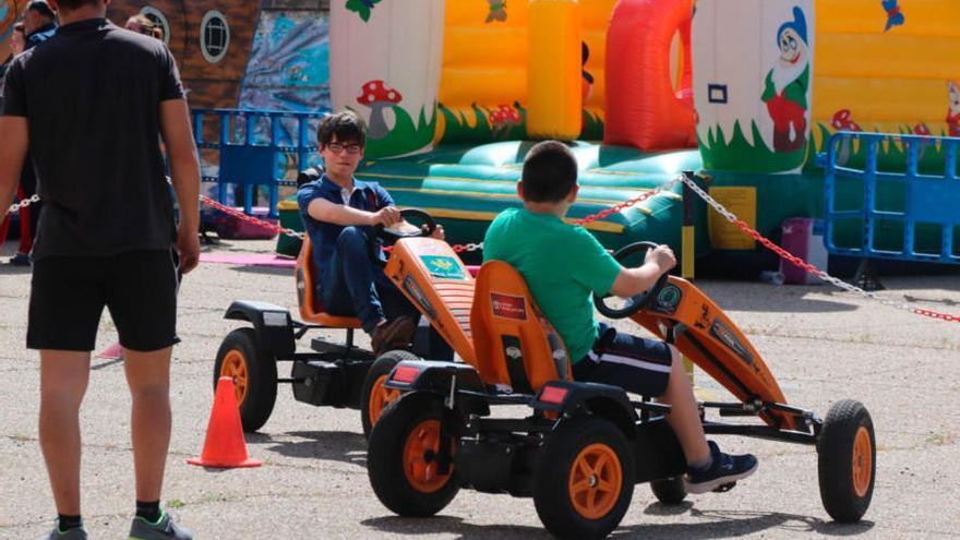 Varios niños juegan en los hinchables durante las fiestas del barrio. |