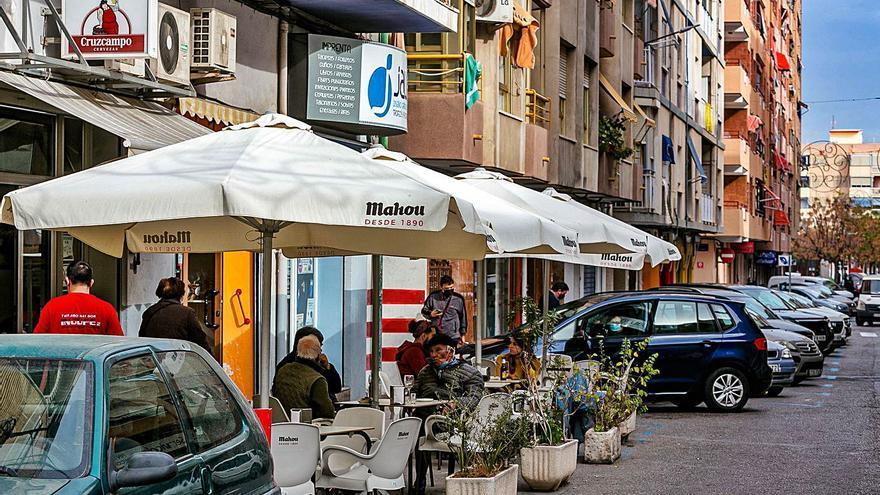 Los hosteleros de La Vila tienen hasta finales de año para adaptar sus terrazas a la nueva ordenanza