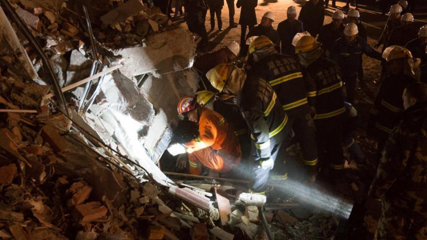 Mueren 12 personas al sepultarse un hotel en China