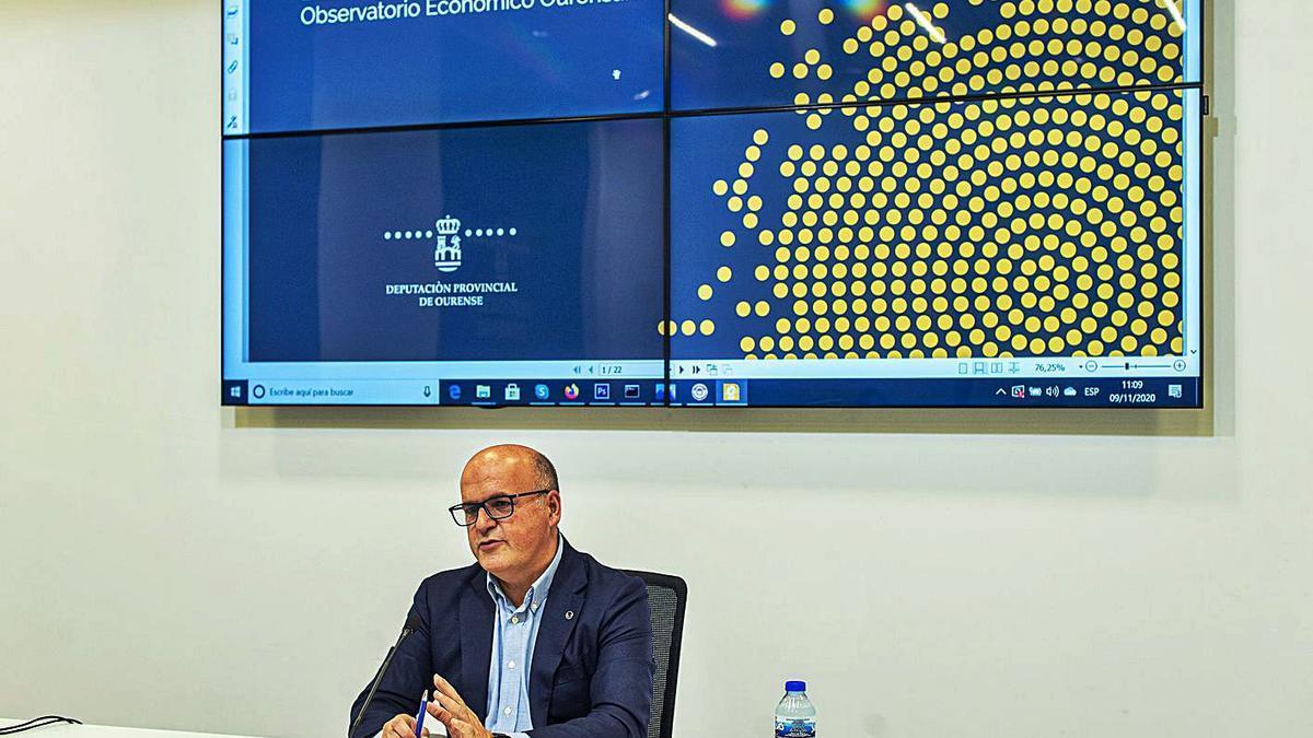 Manuel Baltar en la rueda de prensa en la Diputación de Ourense sobre los datos del Observatorio. |   // FDV
