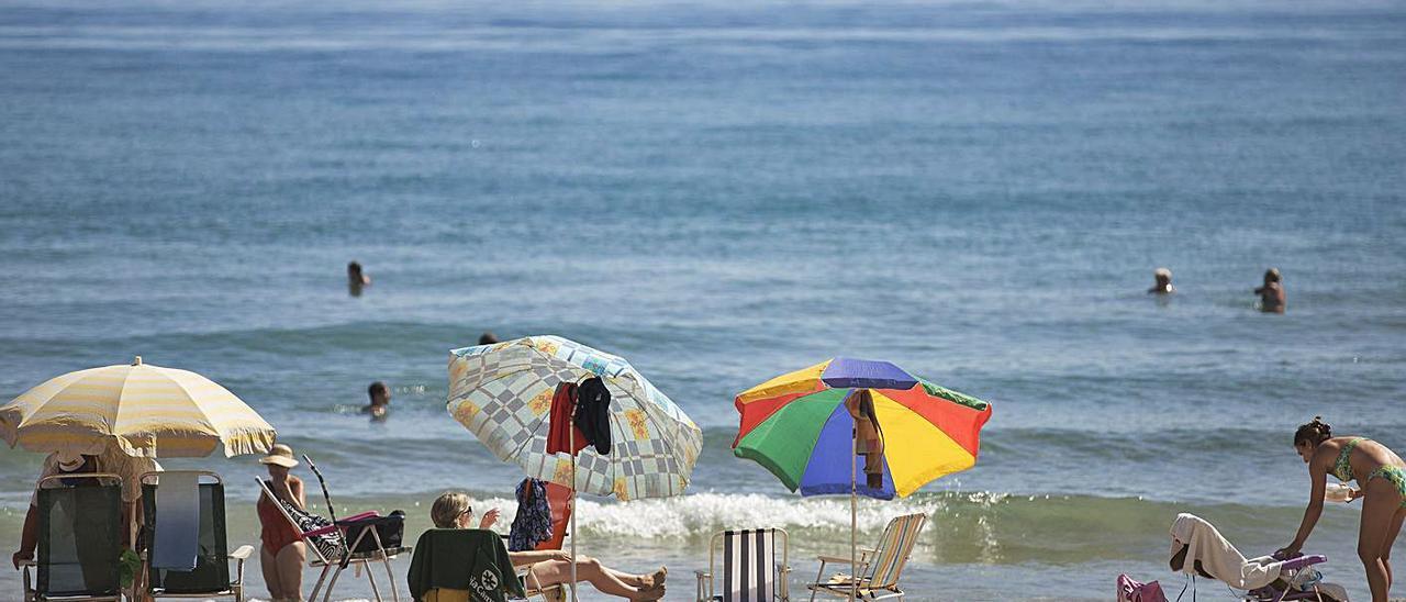 Bañistas en la playa del Perellonet.   F,BUSTAMANTE