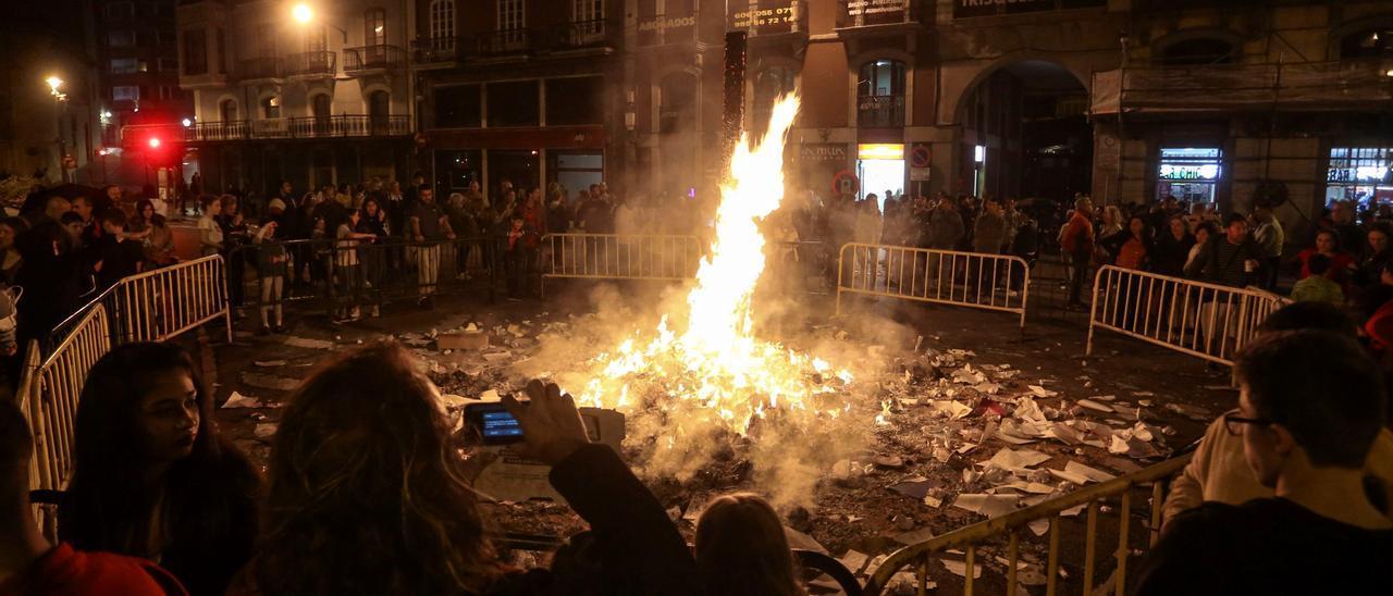 Una pasada edición de la foguera de San Juan en Avilés.