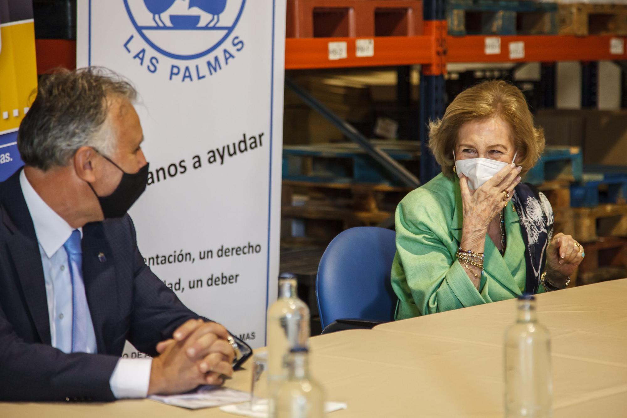 La Reina Sofía conoce el trabajo del Banco de Alimentos de Las Palmas de Gran Canaria