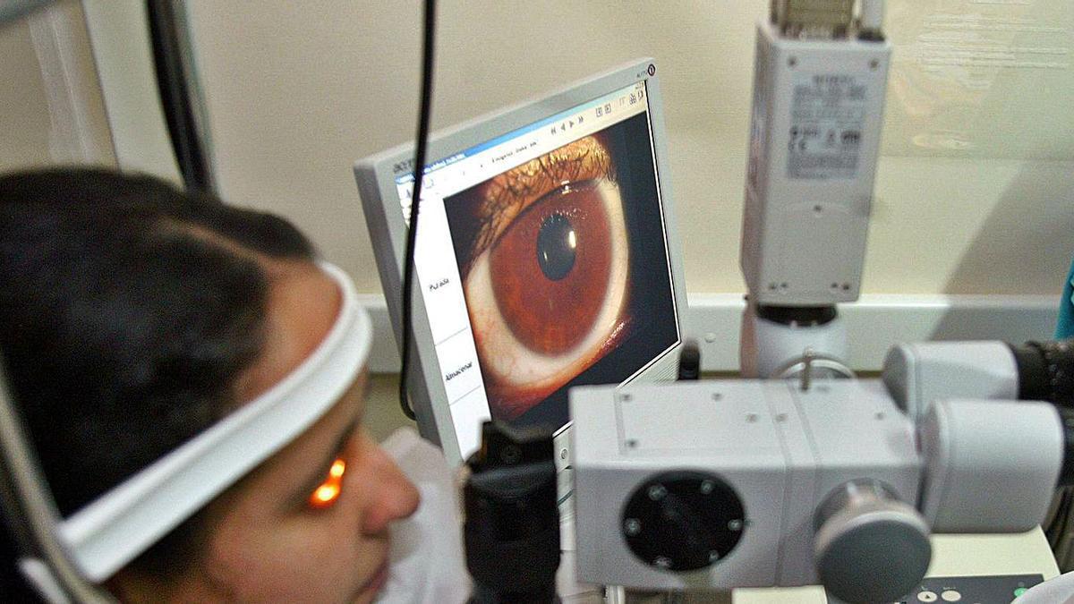 Una paciente durante una revisión ocular.
