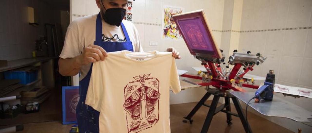Carles Vercher muestra una de las camisetas que forman parte de la campaña. | PERALES IBORRA