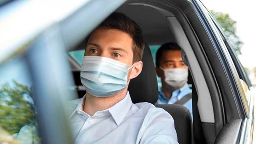 Esta es la multa que te puede caer por no llevar la mascarilla en el coche