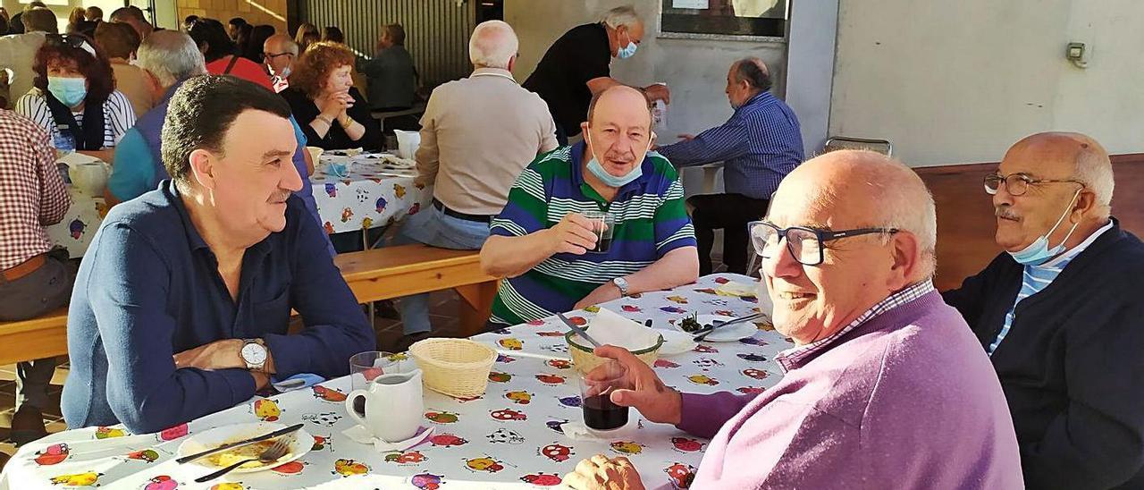 """Unas personas disfrutan de vinos y tapas, ayer por la tarde, en un """"furancho"""" de Chapela.     // A.P."""