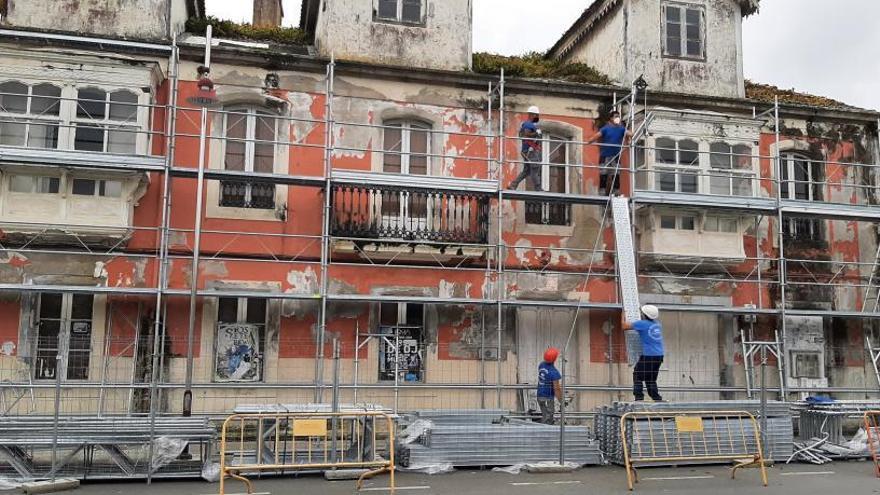 Los nuevos propietarios de las casas de Massó colocan un andamio de protección