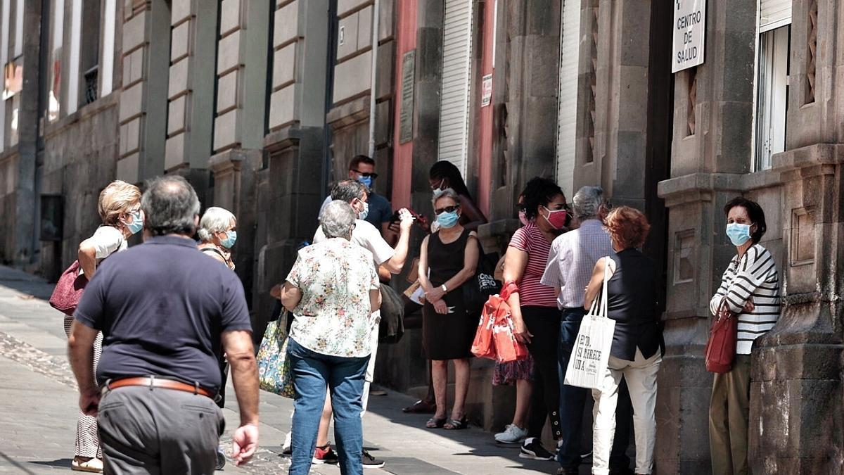 Varios pacientes esperan en la entrada de un centro de salud de Tenerife.