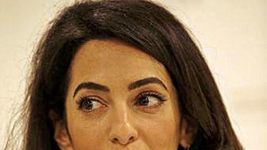 """Amal Clooney alerta del """"declive"""" de derechos humanos para gays y mujeres"""