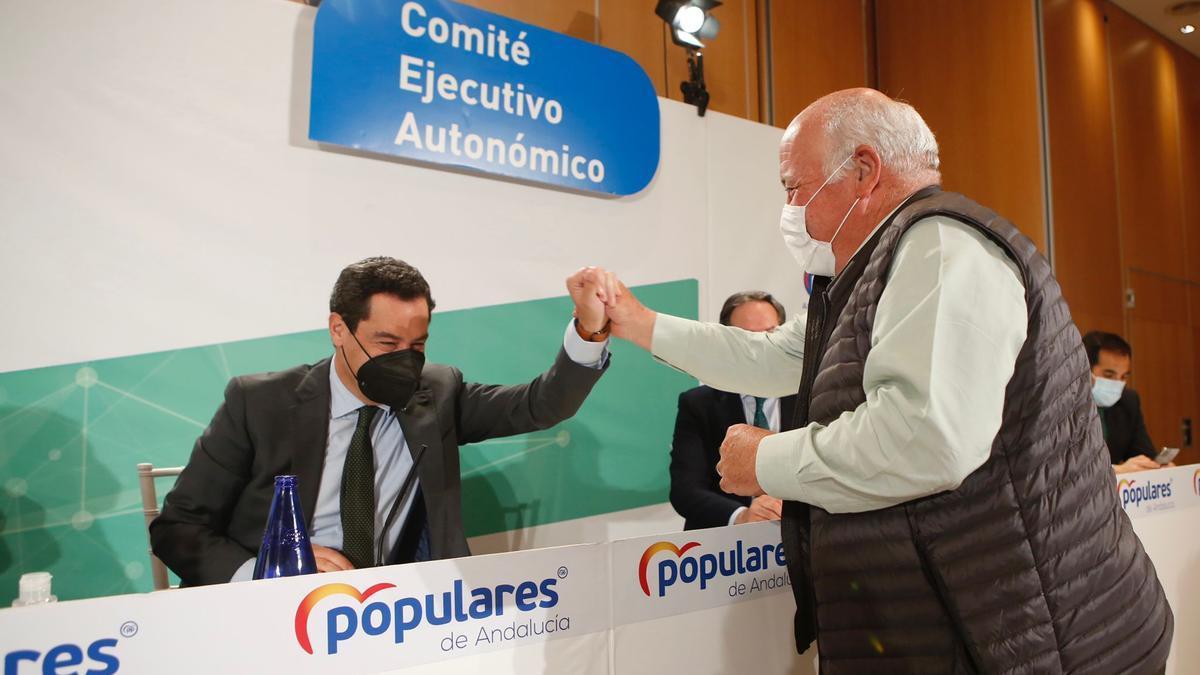 Juanma Moreno y Jesús Aguirre, durante el comité ejecutivo autonómico del PP.