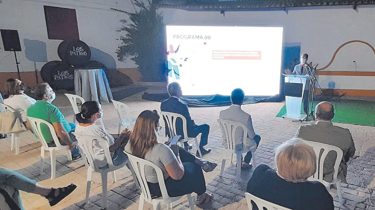 Acto de presentación del plan con la presencia del alcalde, el concejal de Turismo y el delegado de la Junta.