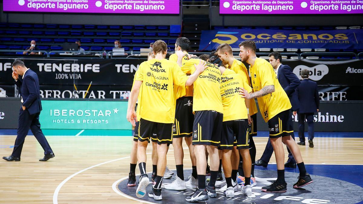 Los jugadores del Iberostar Tenerife se conjuran antes de un encuentro de la presente temporada.