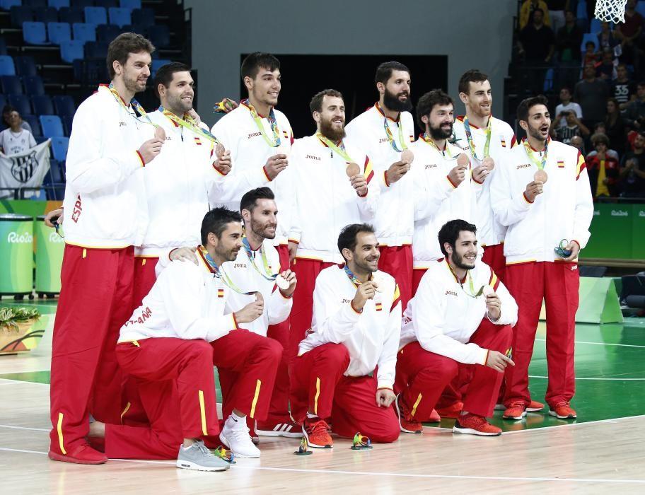 La selección española de baloncesto masculino posa con su medalla de bronce.