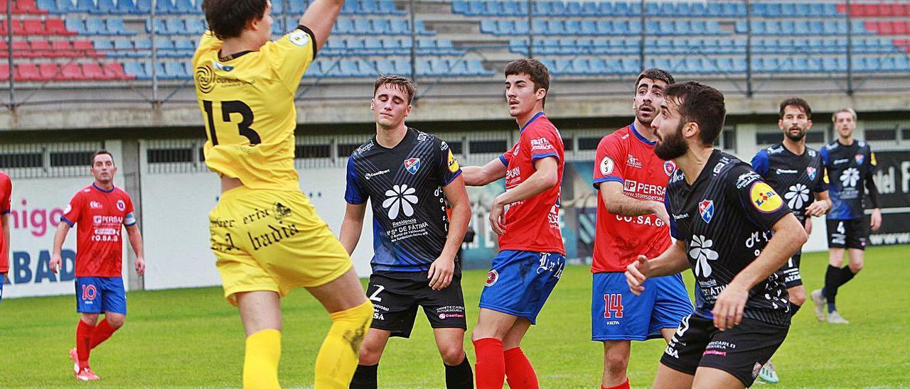 Dani Sampayo atrapa una pelota durante el partido entre UD Ourense y Barco. |  // IÑAKI OSORIO