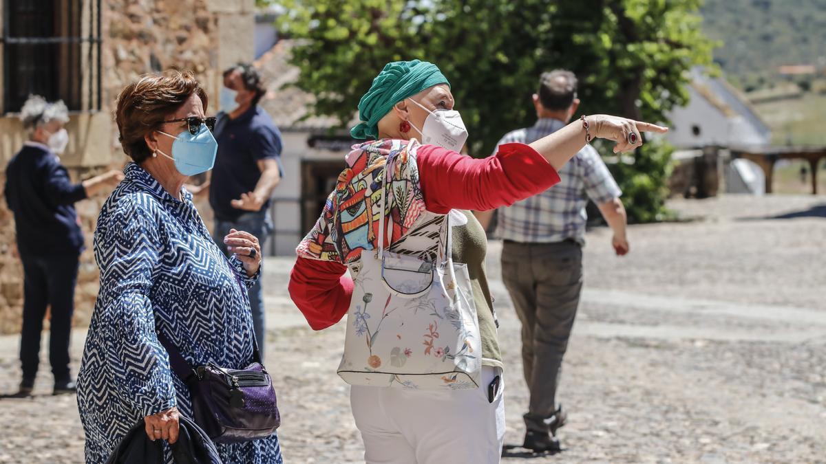 Turistas en la parte antigua de Cáceres.