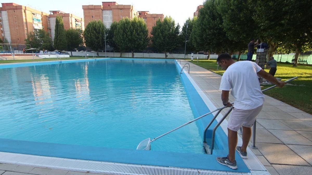 Un operario limpia la piscina de la Fuensanta.