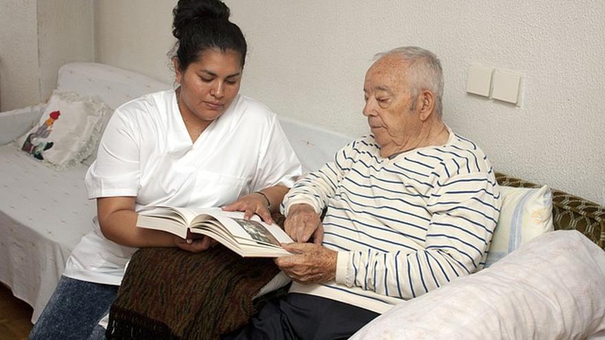 El Consell dará ayudas para contratar personal que cuide a los mayores y menores de 5 años en el hogar