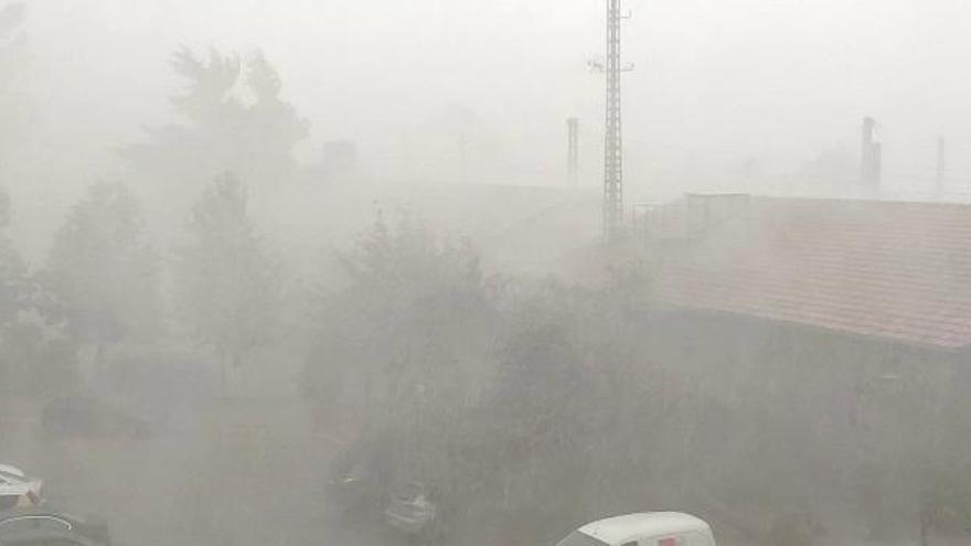Una tormenta acompañada de granizo deja 20 litros/m2 en una hora en Villena