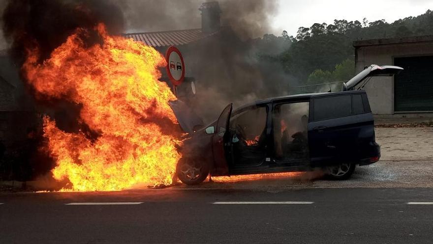Las llamas envuelven un coche en marcha en Gondomar