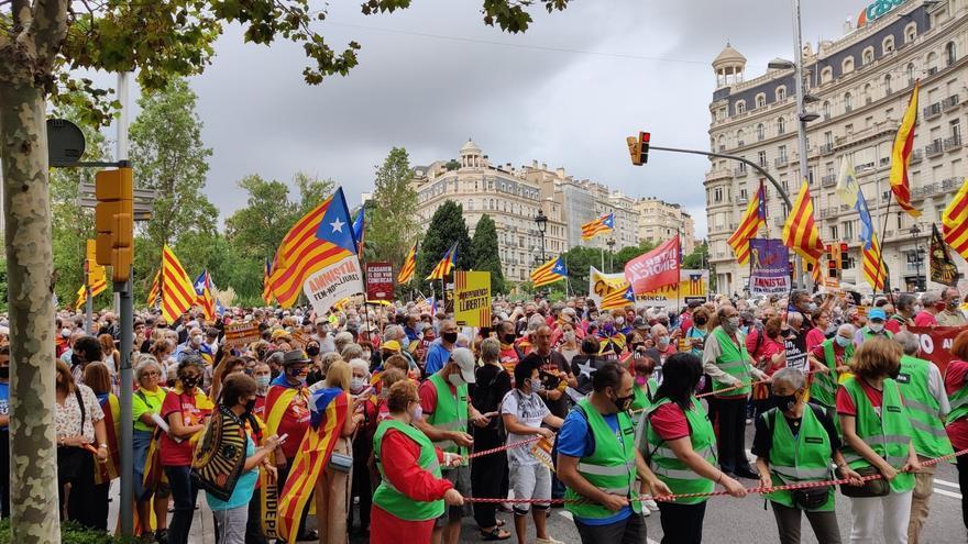 Comença la manifestació a Barcelona per l'1-O amb la presència de Borràs