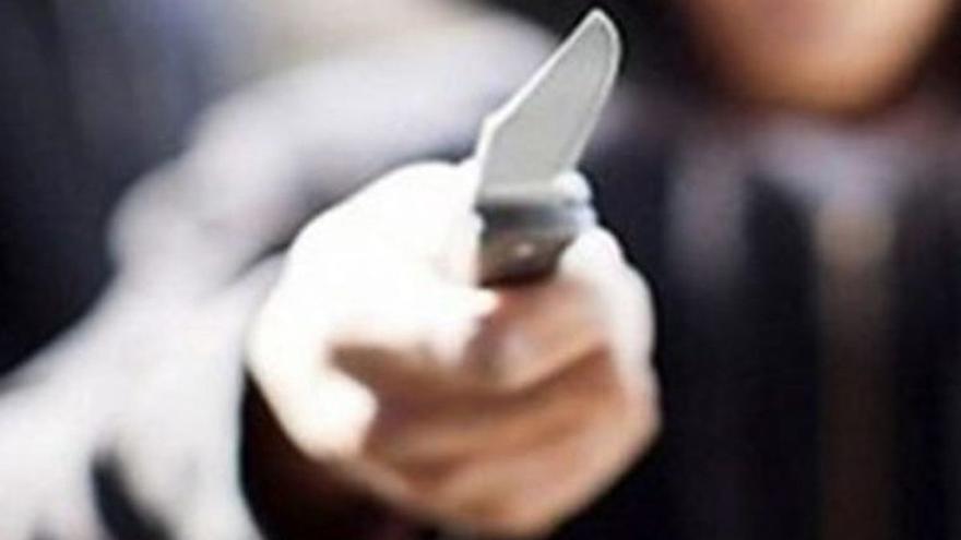 Amenaza con un cuchillo a varios niños en un campo de fútbol de Las Palmas