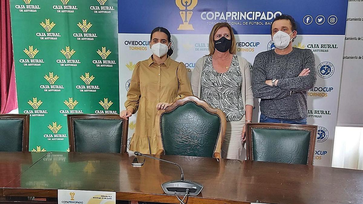 La concejala de Deporte, Melania Montes; la alcaldesa, Carmen Arbesú, y el representante de la organización, Chus Hevia.
