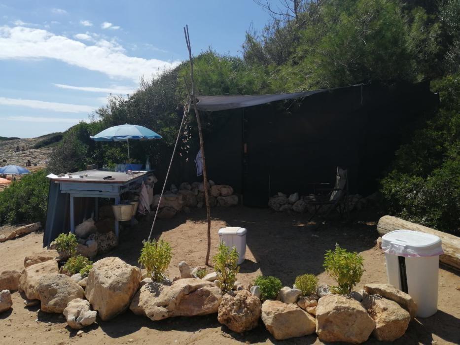 Die Polizei sperrt die illegale Strandbar in der Cala Varques ab