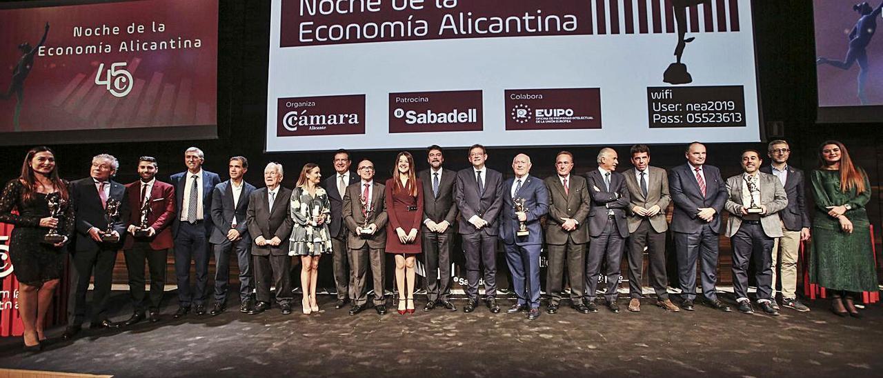 Premiados y autoridades en la última edición de la Noche de la Economía Alicantina, en 2019. | PILAR CORTÉS