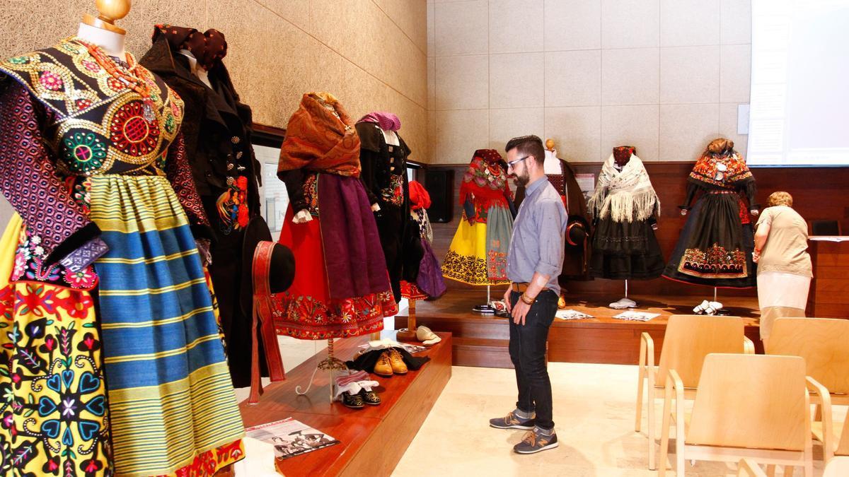 Trajes tradicionales del taller de indumentaria de La Morana en una exposición de cursos anteriores.