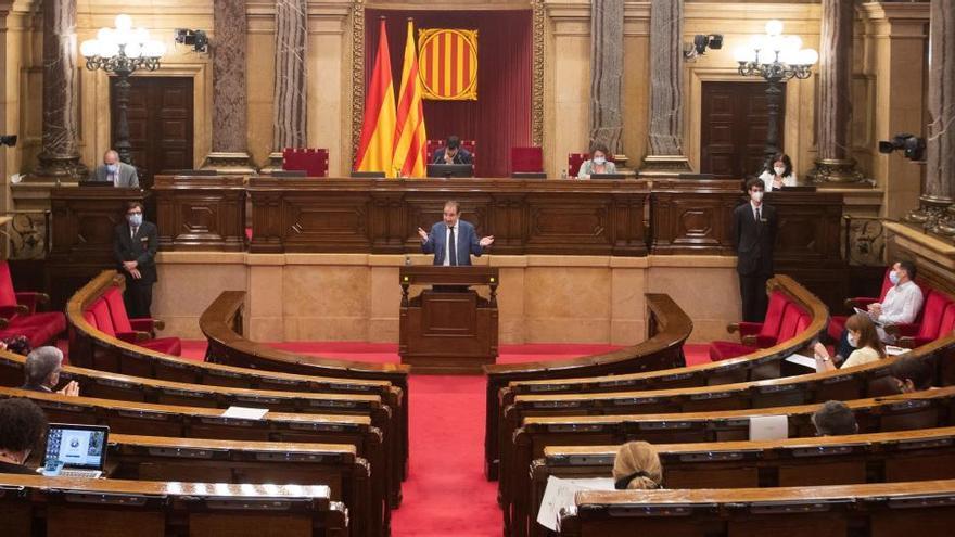 """El Parlament tacha el artículo 155 de """"golpe de Estado"""" y pide la abdicación del Rey"""