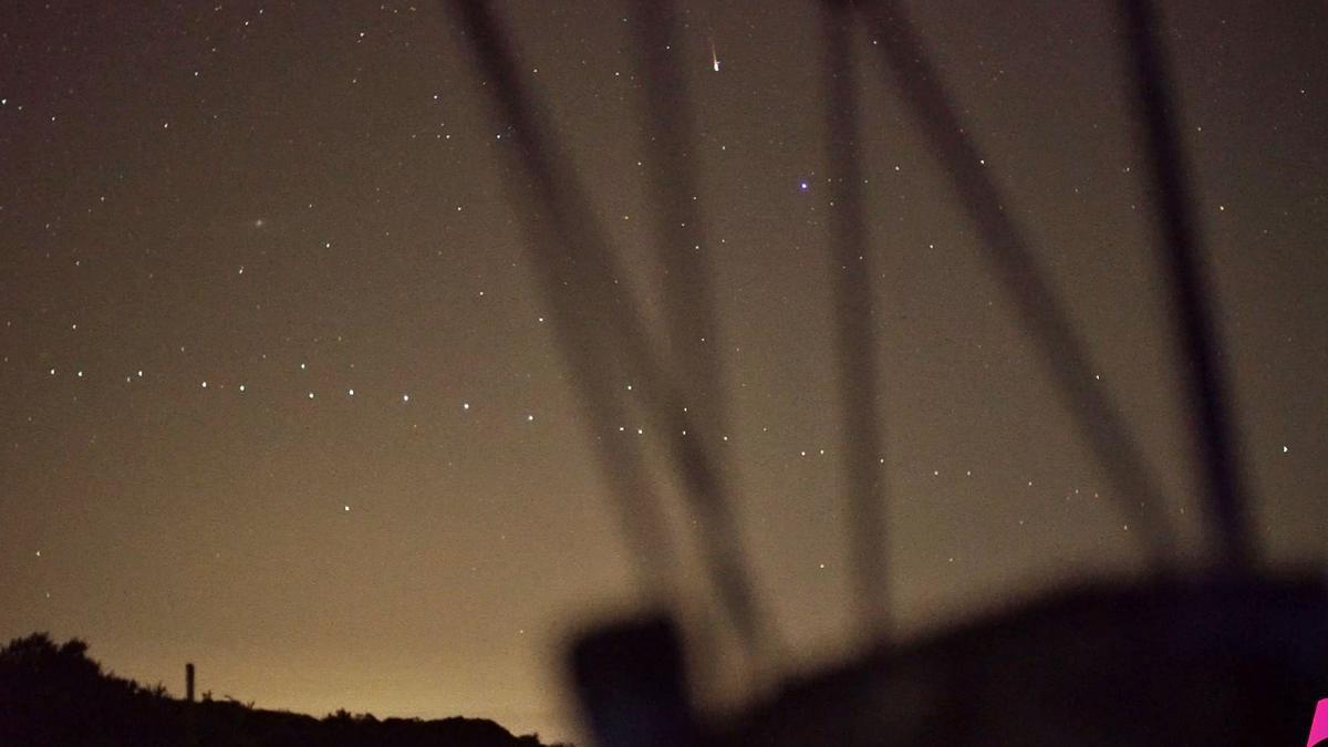 Los satélites de Starlink se cuelan en línea recta en este fotograma de un video grabado durante la lluvia de estrellas de la primavera, las Acuáridas, desde el Observatorio del Teide.