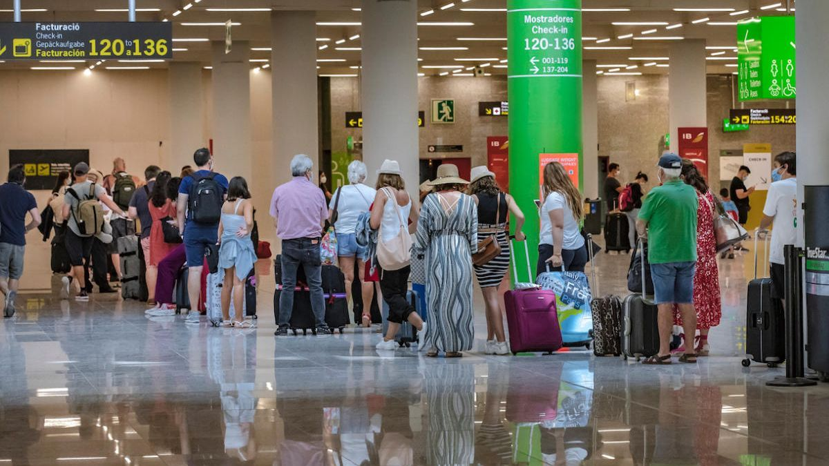Salud pide controles en los vuelos procedentes de comunidades con alta incidencia de coronavirus