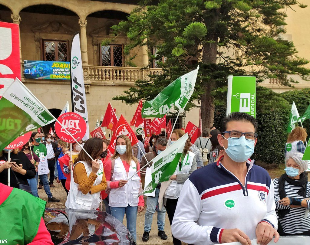 Manifestación frente al Consolat de Mar contra los recortes de sueldos a los funcionarios