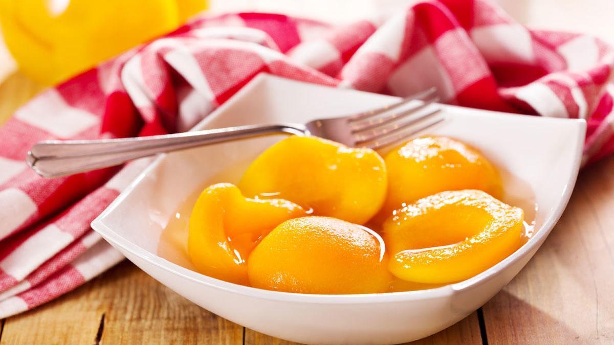 Muchas frutas se mezclan con almíbar.
