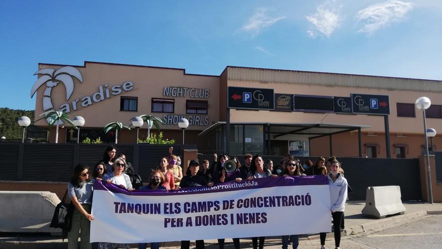 Desenes de persones protesten a la Jonquera per demanar la fi dels prostíbuls