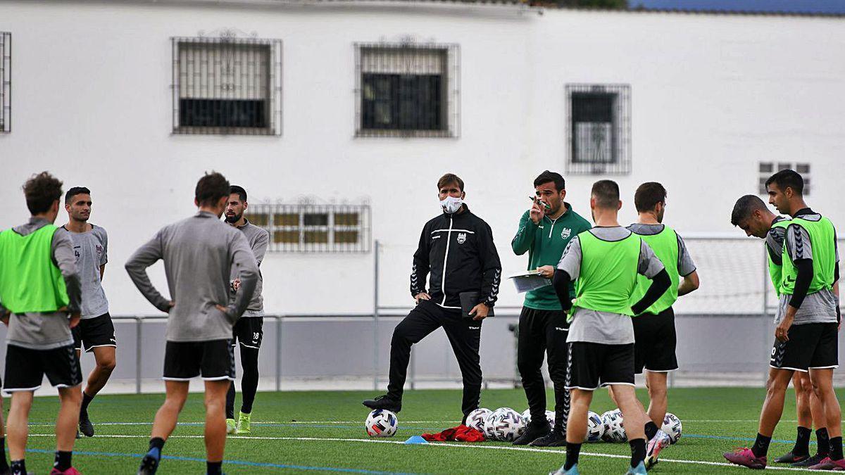 El técnico granate, Jesús Ramos, dando indicaciones al grupo en un entrenamiento.