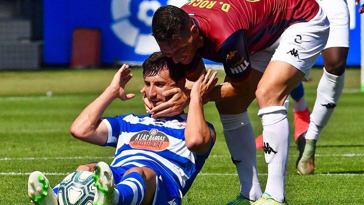 Un jugador del Extremadura consuela a Borja Valle en el partido disputado en Riazor.