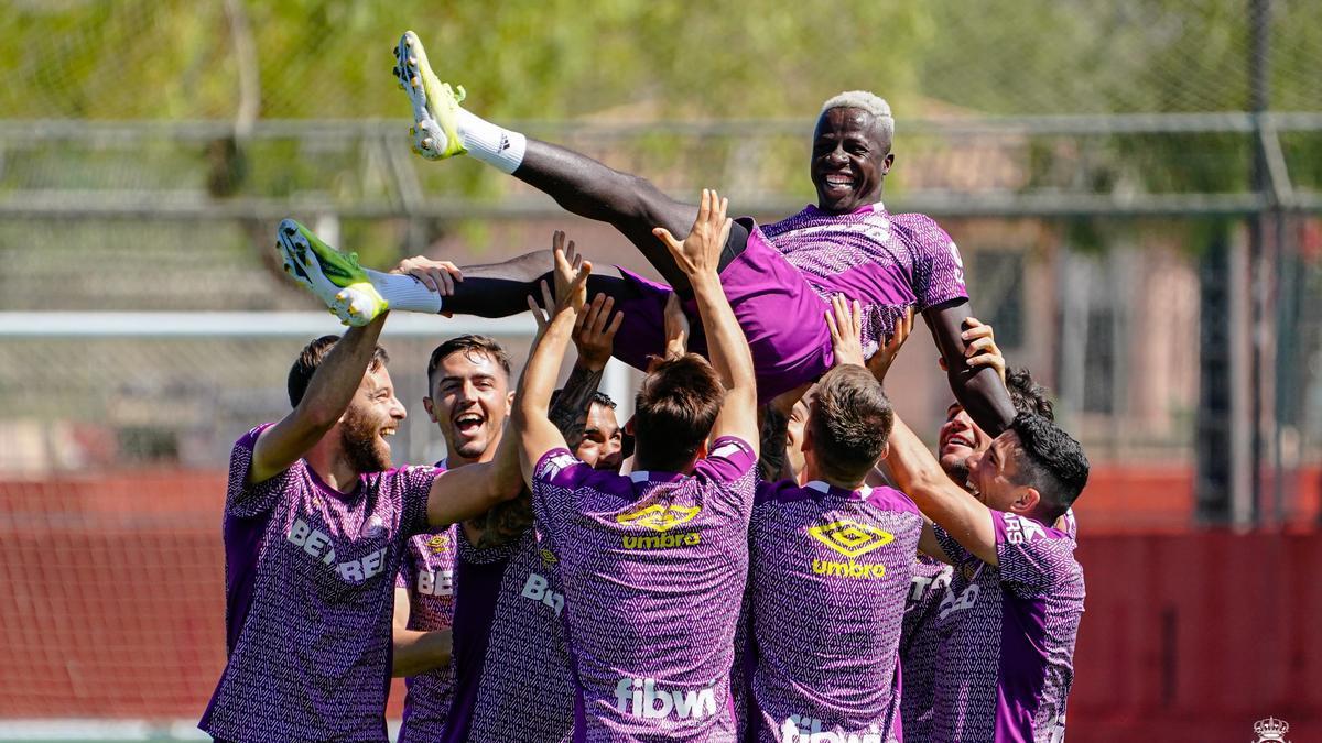 Los jugadores del Mallorca mantean a Amath en el último entrenamiento de la temporada.