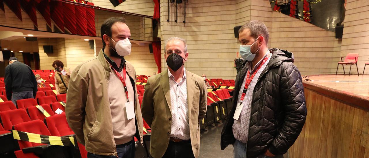 Abilio Álvaro Azofra, flanqueado por Jenaro Martínez Paramio, secretario general de FICA-UGT Asturias, y Abel Suárez, hasta ayer al frente de la gestora de la UGT comarcal.