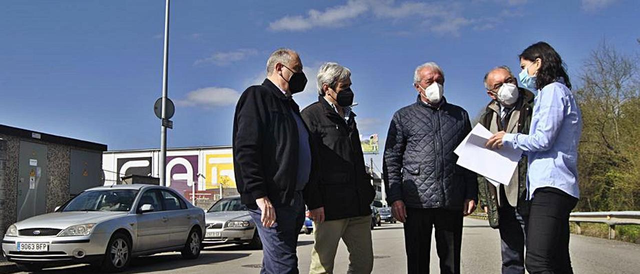 A la derecha, Aida Nuño, con empresarios del polígono de Proni, ayer, en Granda, Siero. | A. Illescas